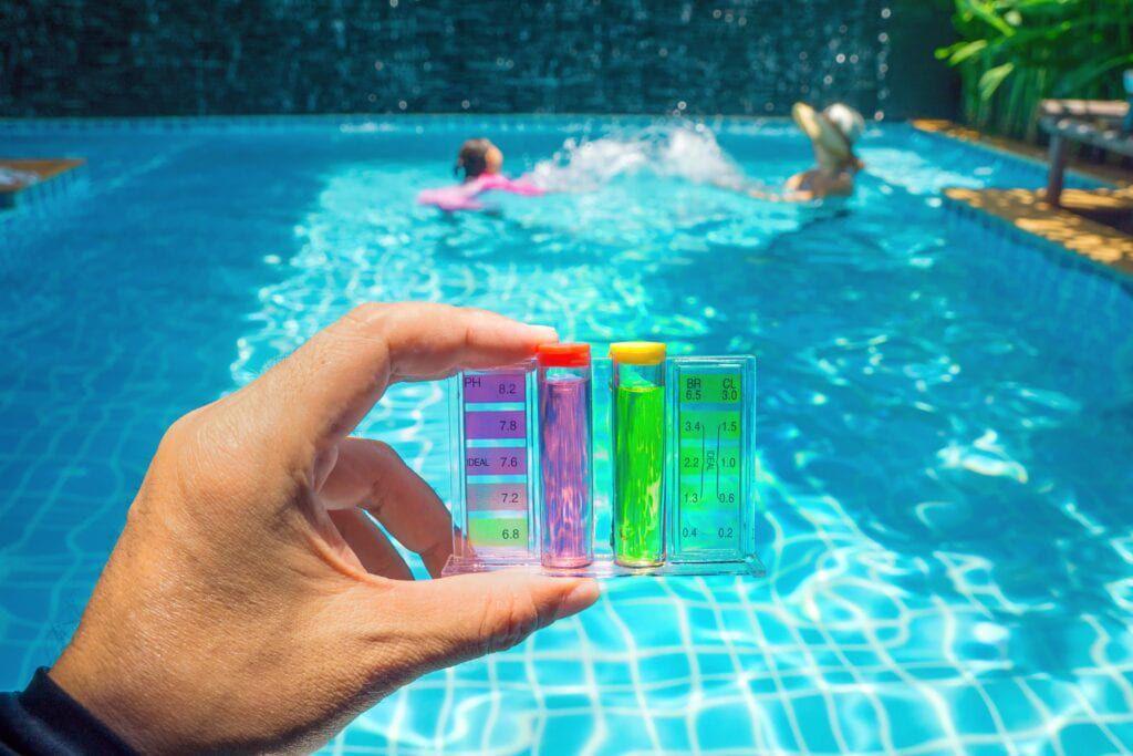 testing chlorine levels in swimming pool